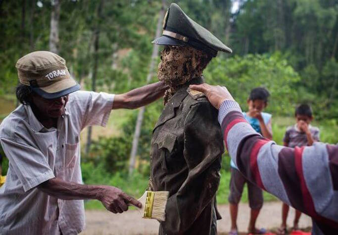 mummies-get-a-change-of-dress-during-manene-ritual-in-indonesia-1