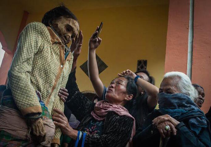 mummies-get-a-change-of-dress-during-manene-ritual-in-indonesia-2