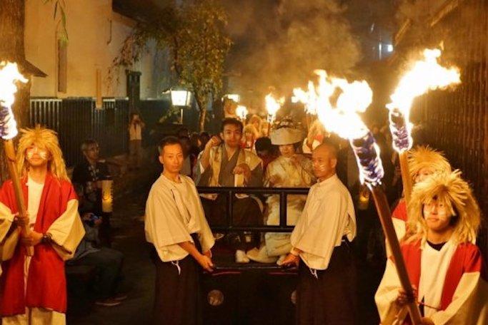 街中きつねだらけに!?おとぎ話が現代に蘇る幻想的なお祭り「飛騨古川きつね火まつり」