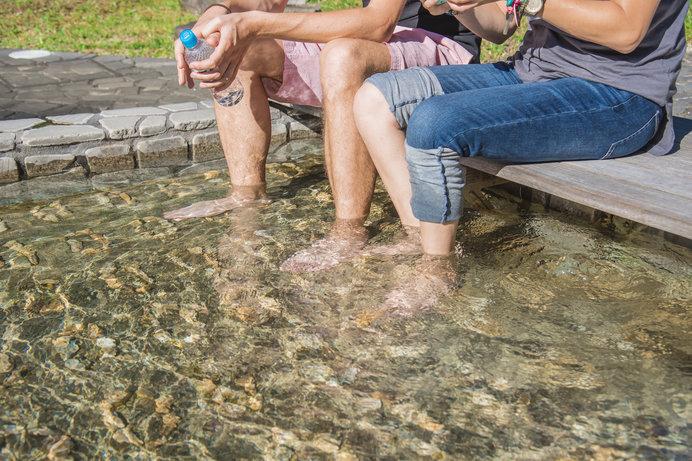 足湯も疲れ改善に効果あり! 週末は友人との足湯めぐりもいいですね